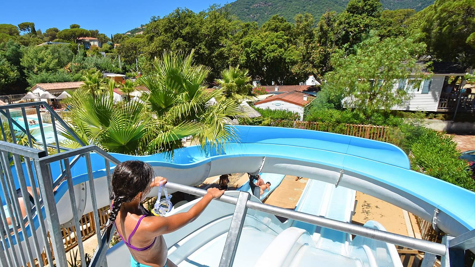 activites et tobbogans a la piscine chauffee du camping